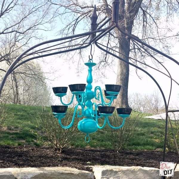 Updating you home lighting? Don't throw away that old brass chandelier, repurpose it! Turn that old chandelier into a unique Bird Feeder with spray paint!