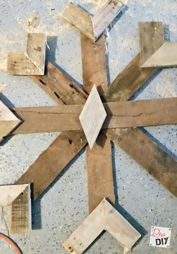 These DIY Pallet Snowflake are the perfect addition to your rustic Christmas and decorating! The are amazing Rustic fireplace mantle decorations all winter