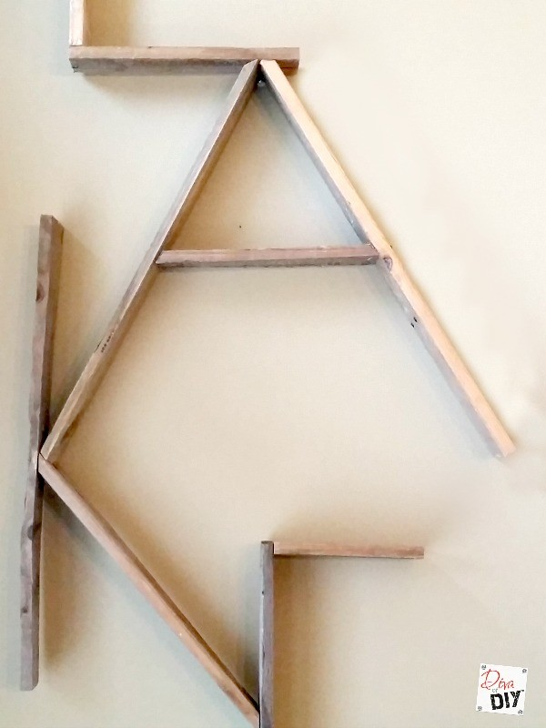Personalize your walls with this reclaimed wood wall sign. Pallet projects are a great beginner DIY. Use free pallet wood for this rustic word decor sign.