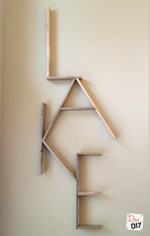Personalize your walls with this pallet word wall project. Pallet projects are a great beginner DIY. Use free pallet wood for this rustic word decor sign.