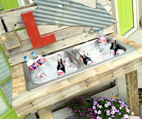 Rustic outdoor drinking stations are the perfect detail, from formal weddings to informal backyard get together! This rustic pallet wood station is perfect!