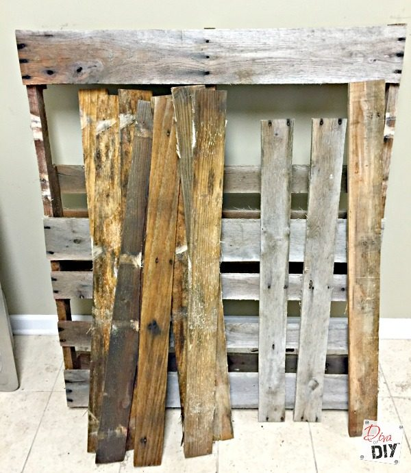Rustic outdoor drinking stations are the perfect detail, from formal weddings to informal backyard get together! This rustic pallet diy cooler is perfect!