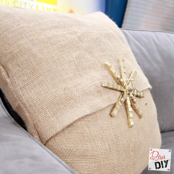 Easy No Sew DIY Burlap Pillow Covers! Decorative pillow covers are perfect for Holiday decorating because they are easy to store and change for the seasons!