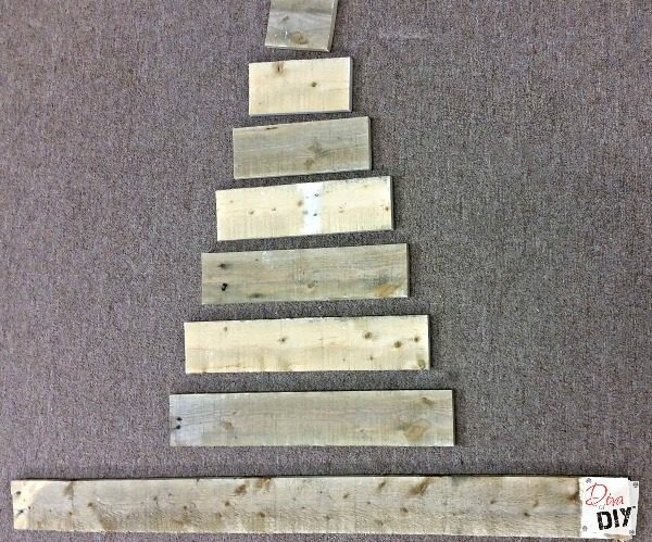 What better material to use for rustic Christmas decorations then pallet wood! This pallet Christmas tree decoration is perfect for your farmhouse Christmas