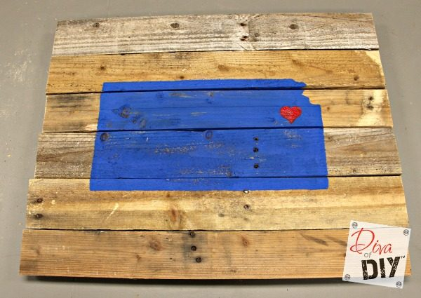These rustic DIY wooden state signs are made out of pallet wood! A great addition to your farmhouse decor! They also make the perfect DIY Christmas gift!